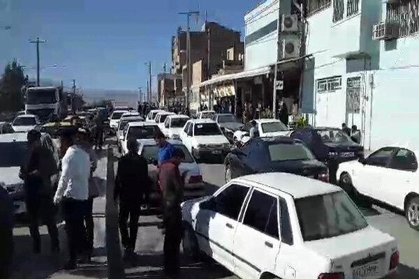 تجمع مردم استان البرز در اعتراض به گران شدن بنزین ، مردم خودروها را خاموش کردند